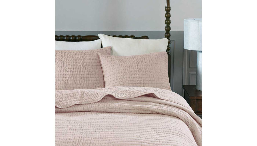 Imagen de Serene Cotton Hand Quilted Blush Coverlet Set
